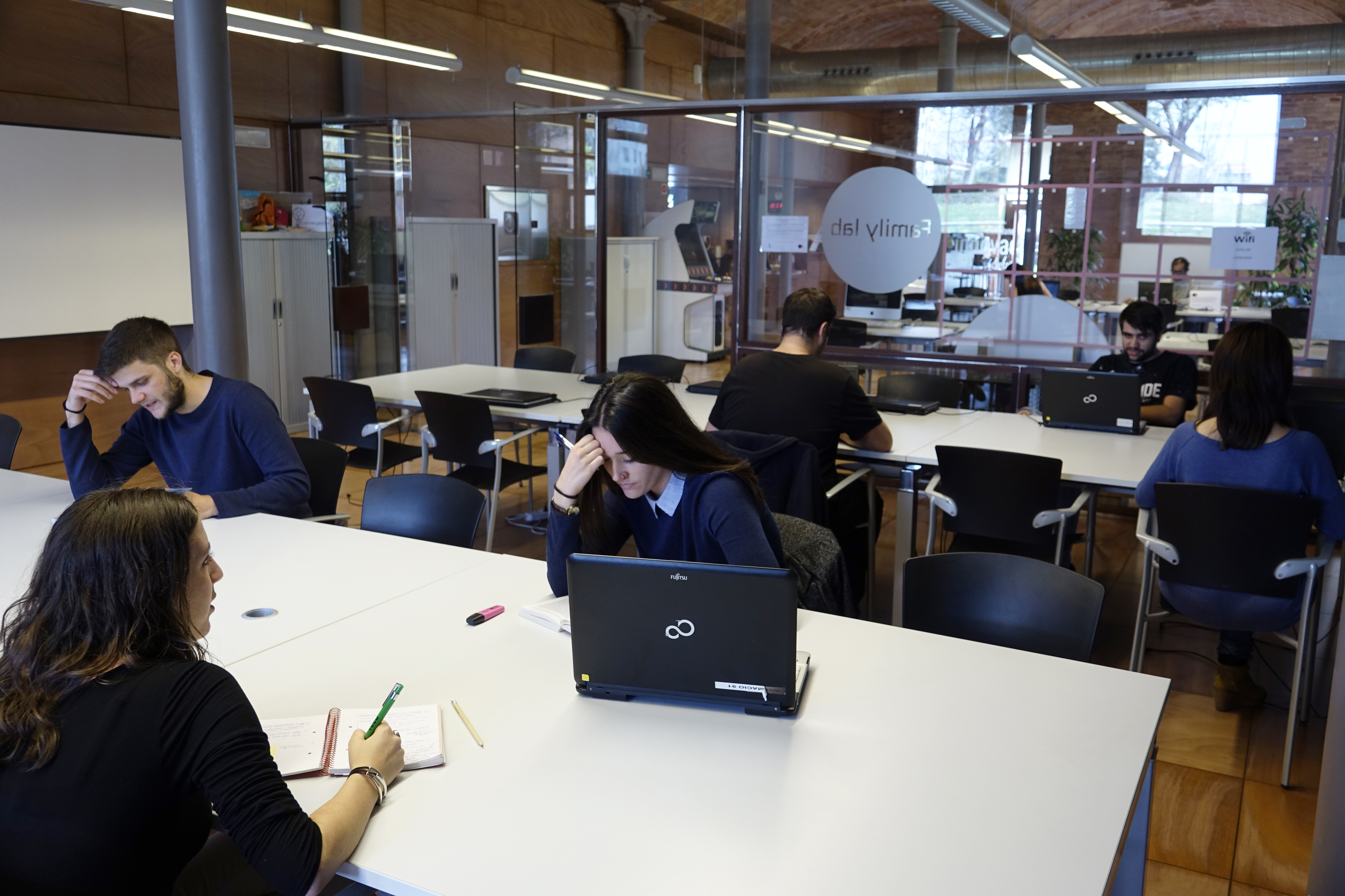 Estudiants Fent ús De L'aula D'estudi