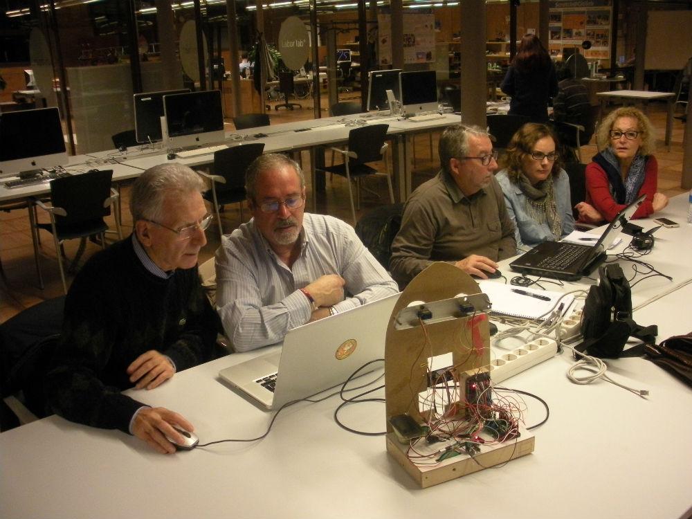 Membres del club de Nous Artesans treballant en un prototip