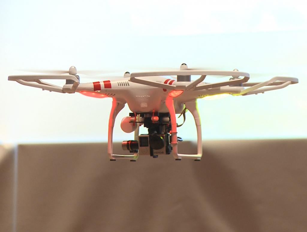 Pilot drons, imatge d'un dron volant indoor