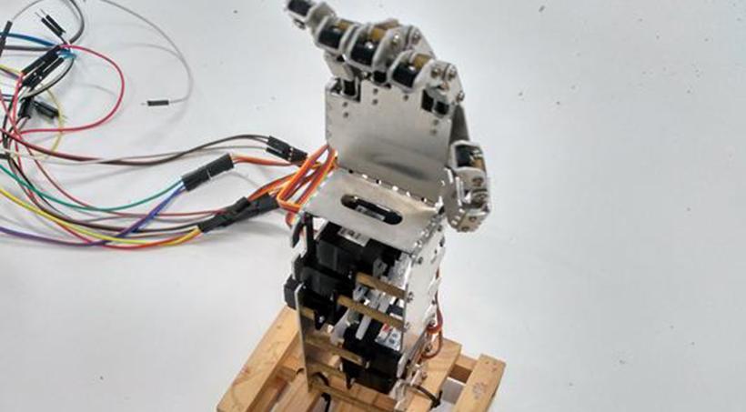 Els Clubs Del Citilab Donen Suport A Treballs De Recerca De Secundària: Un Vehicle Intel·ligent I Una Mà Mecànica