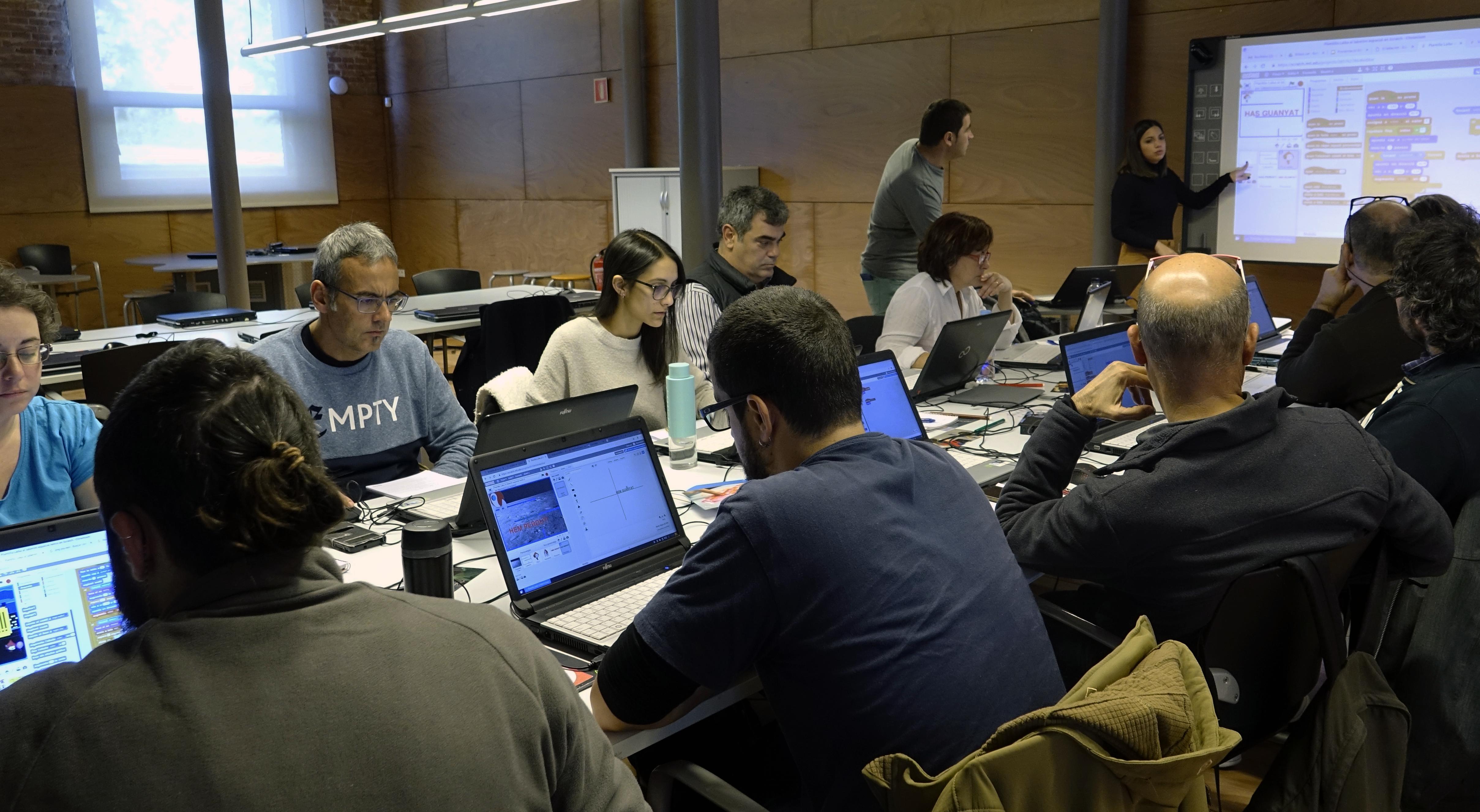 Professionals Del Món Del Lleure Aprenen Programació I Robòtica Amb La Formació Bitbot.cat Al Citilab