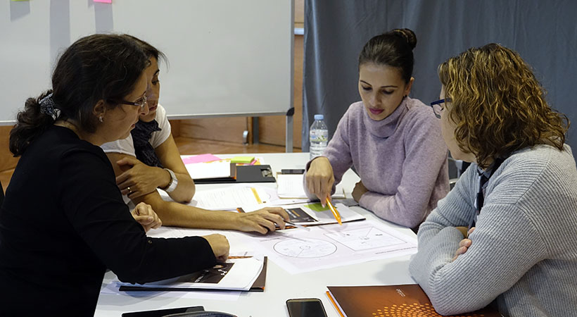 Una Desena De Participants Es Posen Les Ulleres De La Creativitat Al Taller Del Citilab
