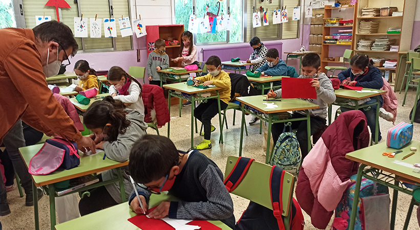 180 Nens I Nenes I 21 Docents De L'Escola Montserrat De Cornellà S'introdueixen En La Programació I La Robòtica Amb EduLab